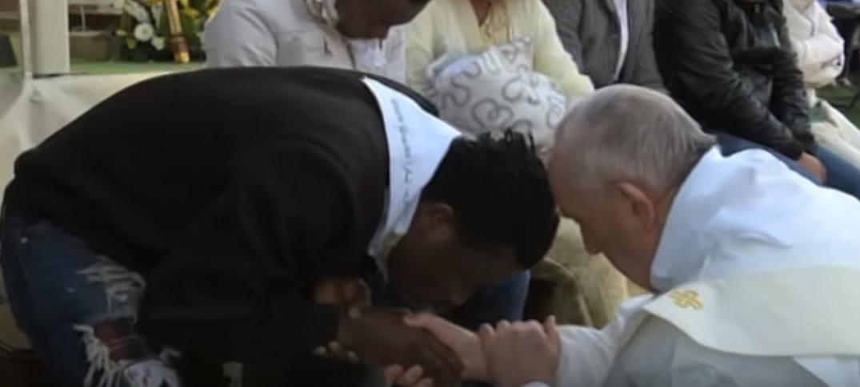 Papa Francisco Lava los Pies a Inmigrantes
