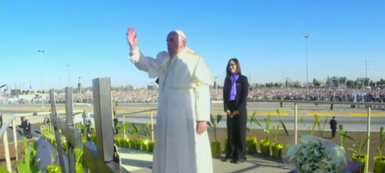 El Papa Francisco Ora por los Migrantes